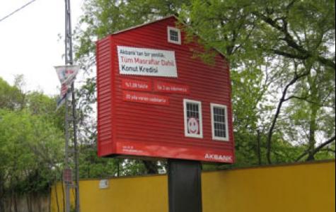 Akbank'ın ev şeklinde reklam panoları