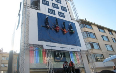 Gap Açılışında Vertical Catwalk Şovu