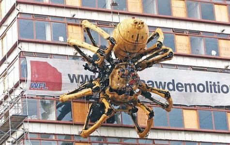 Dev Örümcek Liverpool sokaklarında