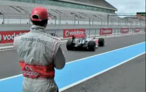 Hamilton Blackberry Storm ile F1 aracını yönetiyor!