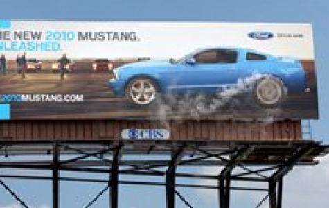 Mustang'den dumanlı billboard