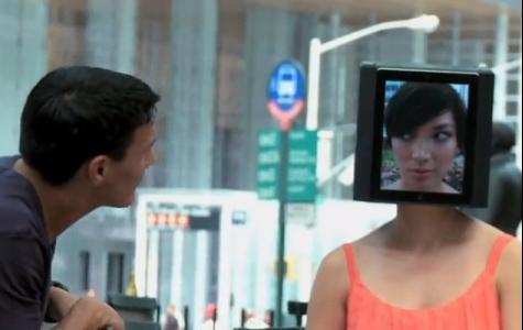 CFG: Erkek dergi tanıtımı için iPad kafalı kız konsepti