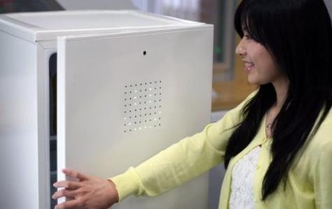 Gülümseyerek açılan buzdolabı