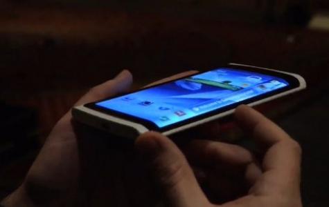 Samsung'dan Eğimli Ekranlı Telefon Prototipi