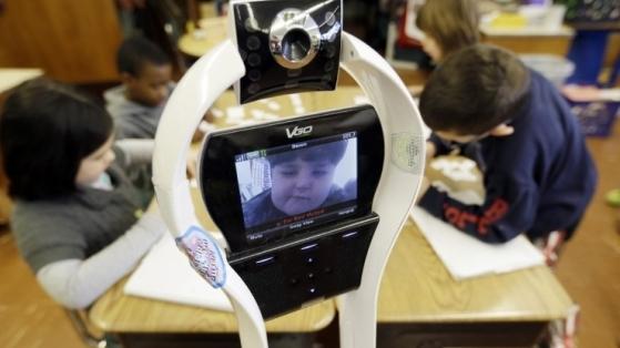Okula Gidemeyen Çocuklar Yerine Derse Giren VGo Robot