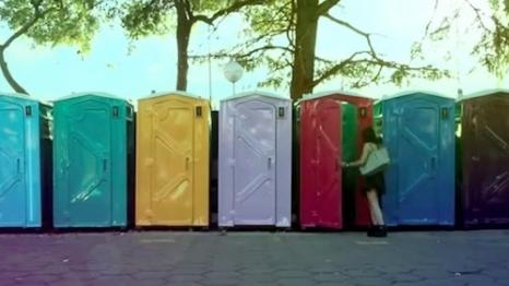 Müzik Festivalinde Dolu Tuvalet Kabinleri Müzik Yapıyor