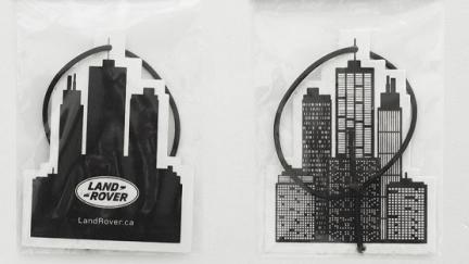 Land Rover'dan Dev Hizmet: Şehrin Kokusunu Özleyenlere Leş Gibi Oto Parfümü