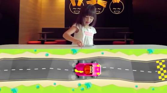 McDonald's Mağazalarında Çocuklara Özel Oyun Pistine Dönen Yemek Masaları