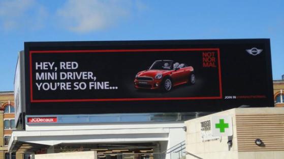 MINI Otomobilleri Tanıyan Reklam Panoları