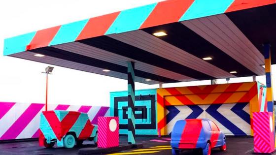 Terkedilmiş Benzin İstasyonunun Renkli Dönüşümü
