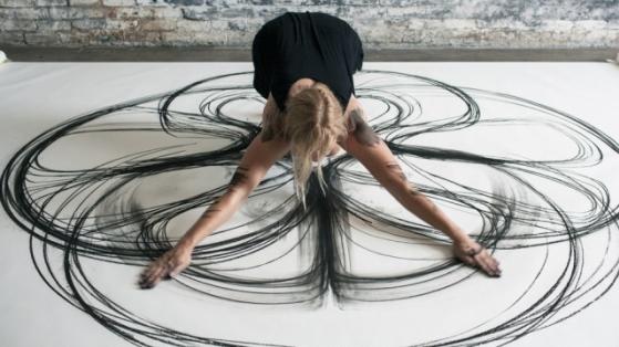 Dansederek ve Tüm Vücudunu Kullanarak Çizim Yapan Sanatçı