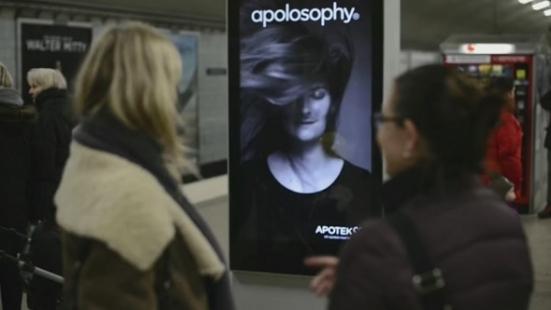 Bu Reklam Panosundaki Modelin Saçları Tren Geçtikçe Uçuşuyor
