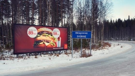 McDonald's İsveç – Norveç Sınırına Yaratıcı Bir Reklam Panosu Yerleştiriyor