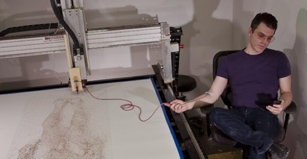 Makinedeki Hayalet: Sanatçının CNC Makinesi ve Kanıyla Çizdiği Otoportresi