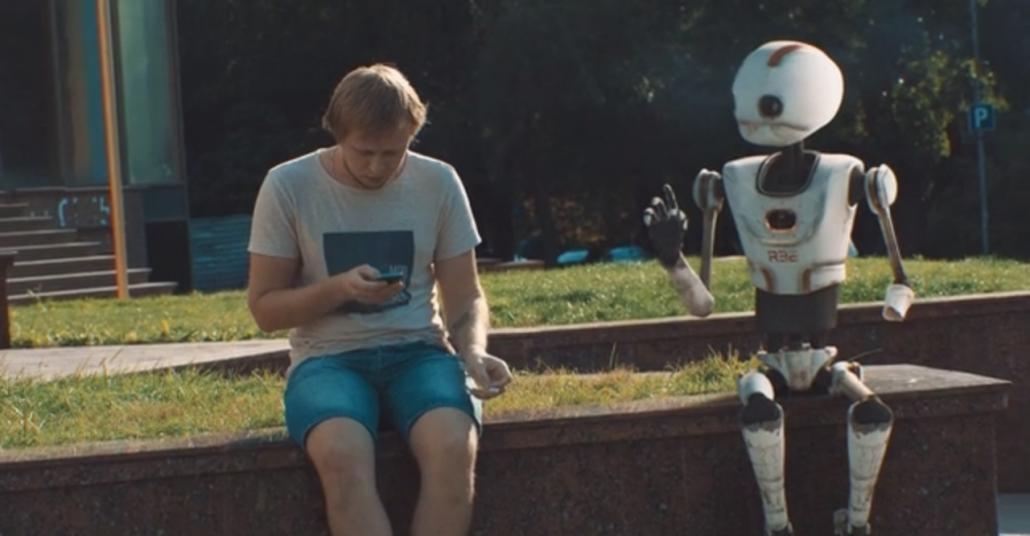 Story of R32: İlgi Görmeye Çalışan Demode Robot