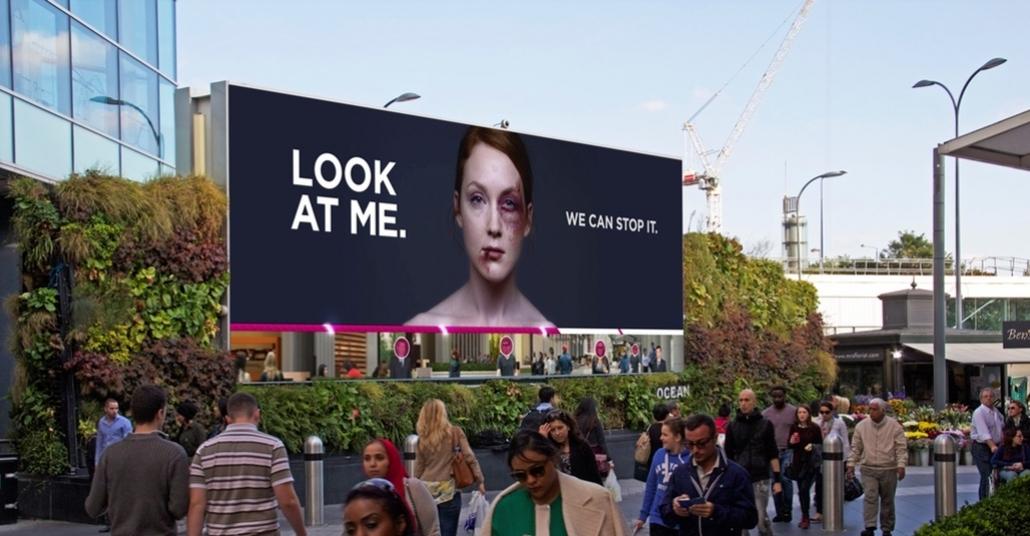 Açıkhava Panosuna Baktıkça Reklamdaki Şiddet Görmüş Kadın İyileşiyor