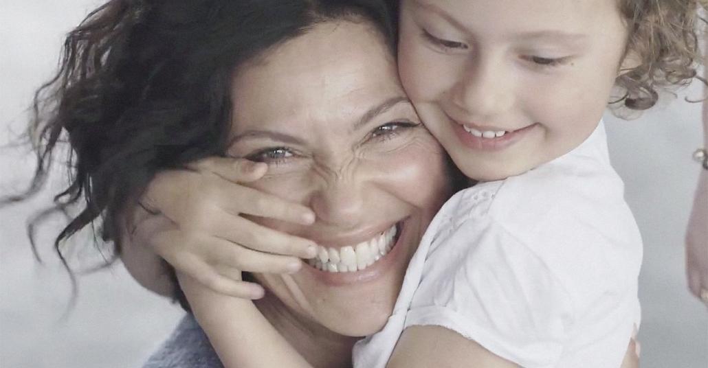 Gözleri Bağlı Çocuklar, Dokunarak Annelerini Bulmaya Çalışıyor