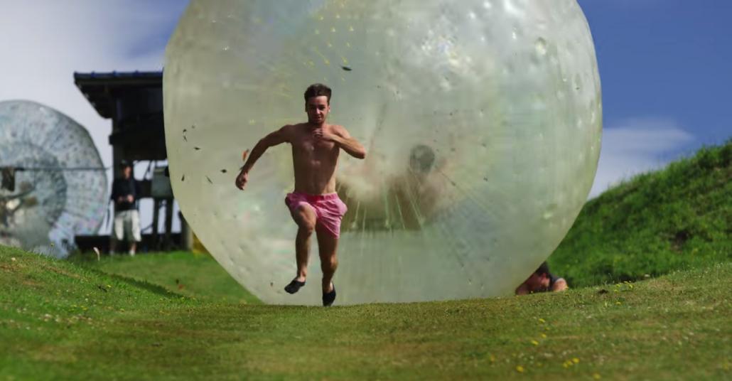 Dev Balonla Kovalama Sahnelerinin En Eğlencelisi