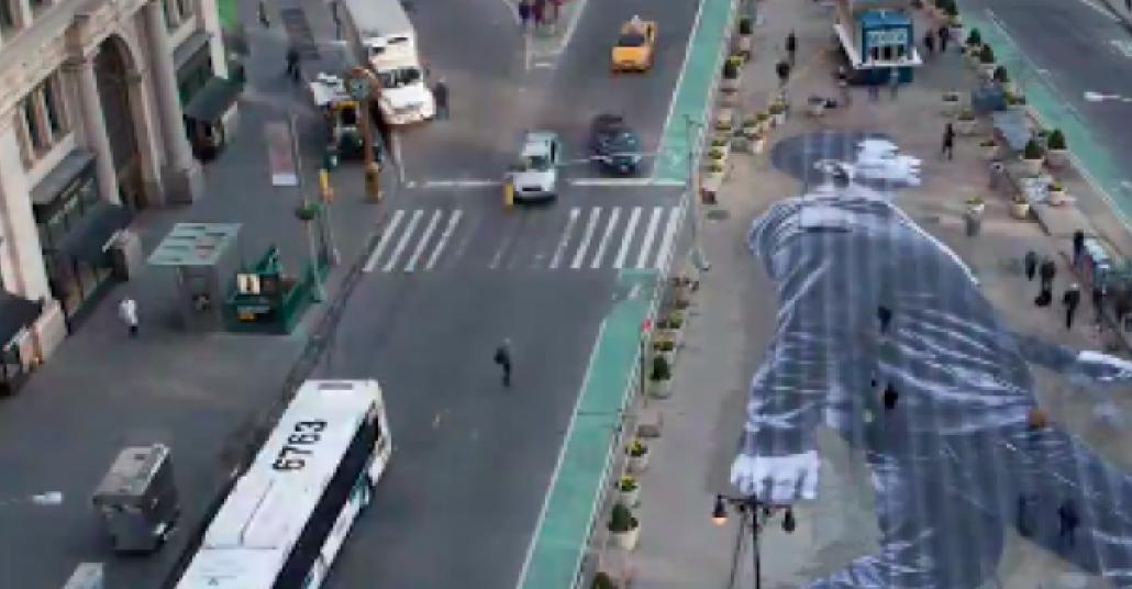 JR ve New York Times İş birliğiyle Manhattan'ın Göbeğine Konan Yürüyen Adam
