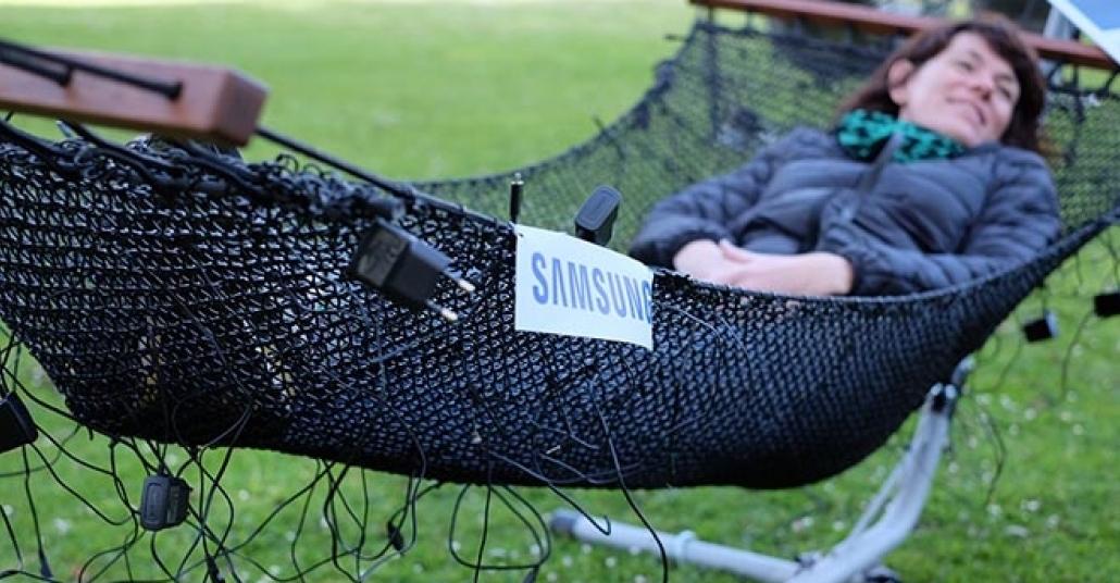 Samsung, Kablosuz Şarj Özelliğini Kablolardan Yaptığı Hamaklarla Tanıtıyor