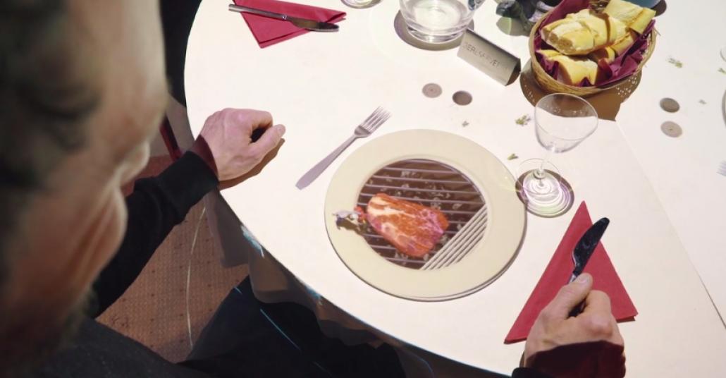 Yemek Masasının Üstünde bir Minyatür Şef