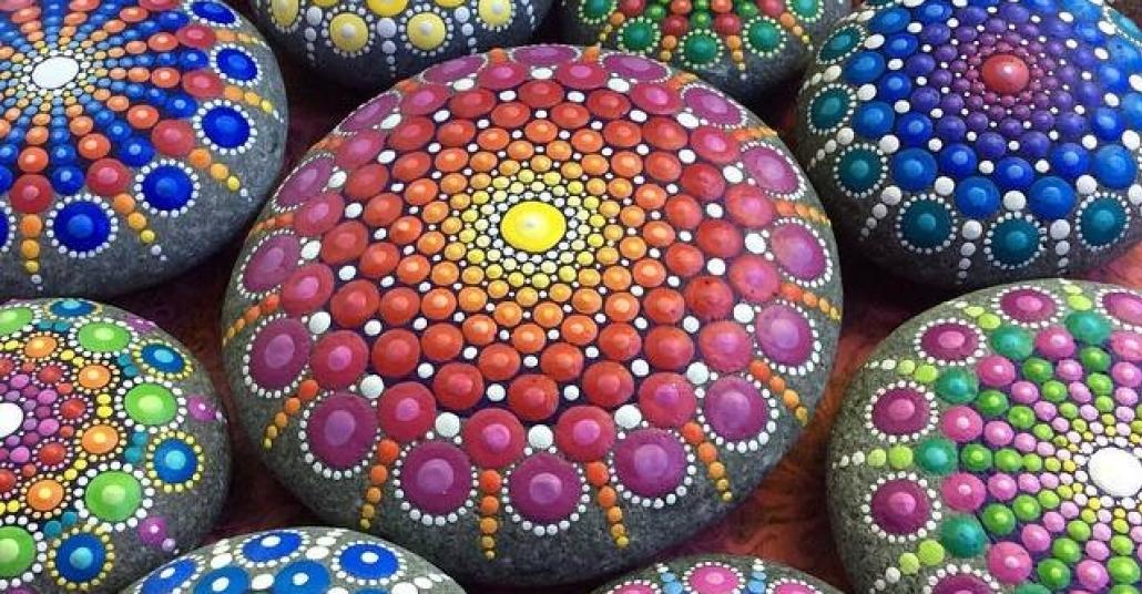 Renkli Mandalalara Dönüşen Okyanus Taşları