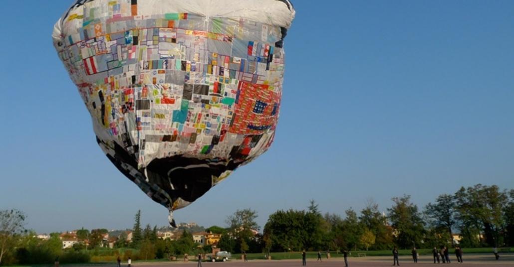 Binlerce Plastik Poşetle Yapılan Dev Balon