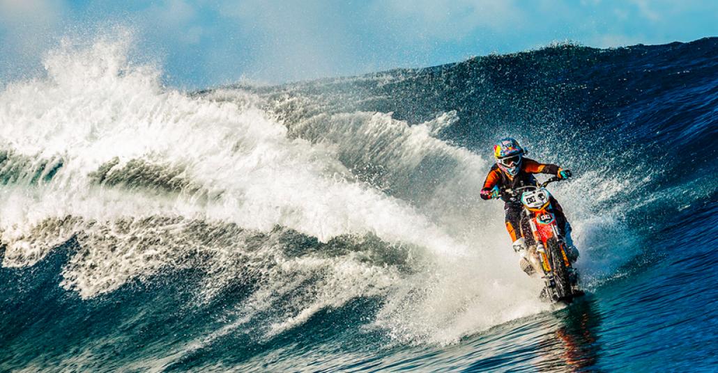 Tahiti Sularında Motosikletle Sörf Yapmak