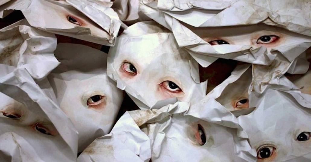 Kağıt Heykellerin Arasından Bakan Gerçekçi Gözler