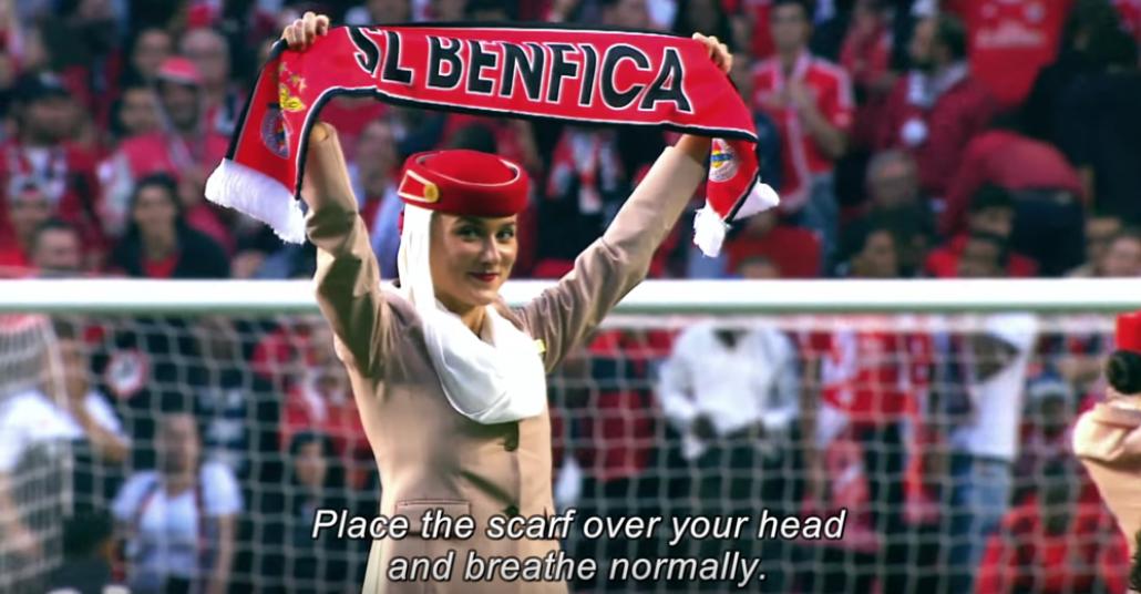 Emirates'in Hostesleri Benfica Maçı Başlarken Sahada Güvenlik Anonsu Yaptı