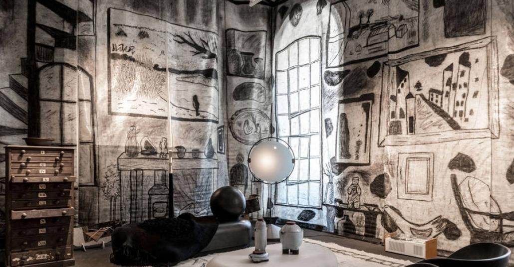 Drawing Room: Kömürden Çizimlerle Dekore Edilmiş Bir Oda