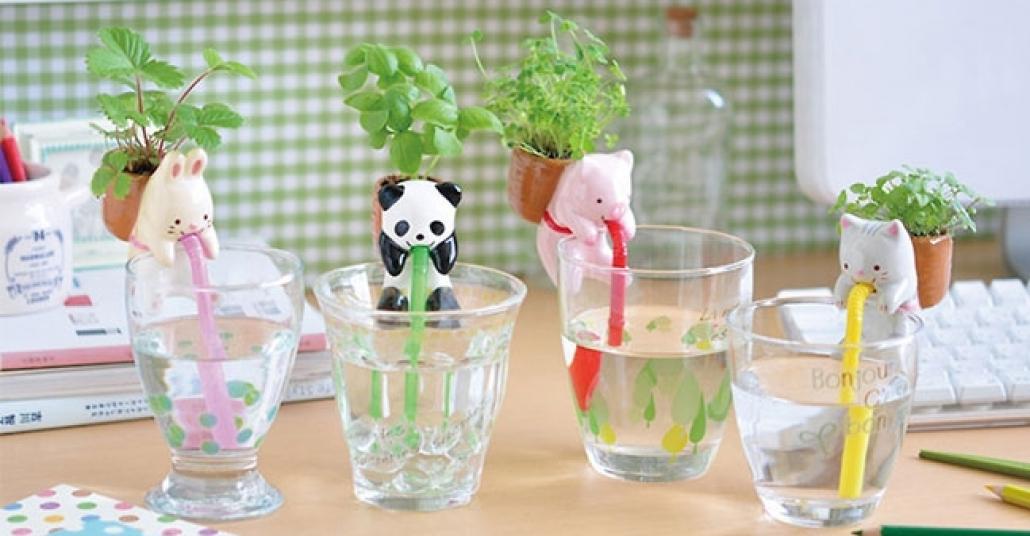 Sırtındaki Çiçeğini Sulayan Minik Porselen Hayvancıklar