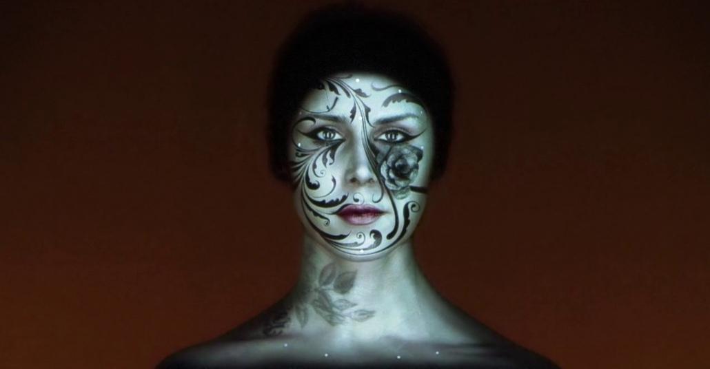 Kat Von D'nin Yüzüne Gerçek Zamanlı Projeksiyon Yansıtma Performansı