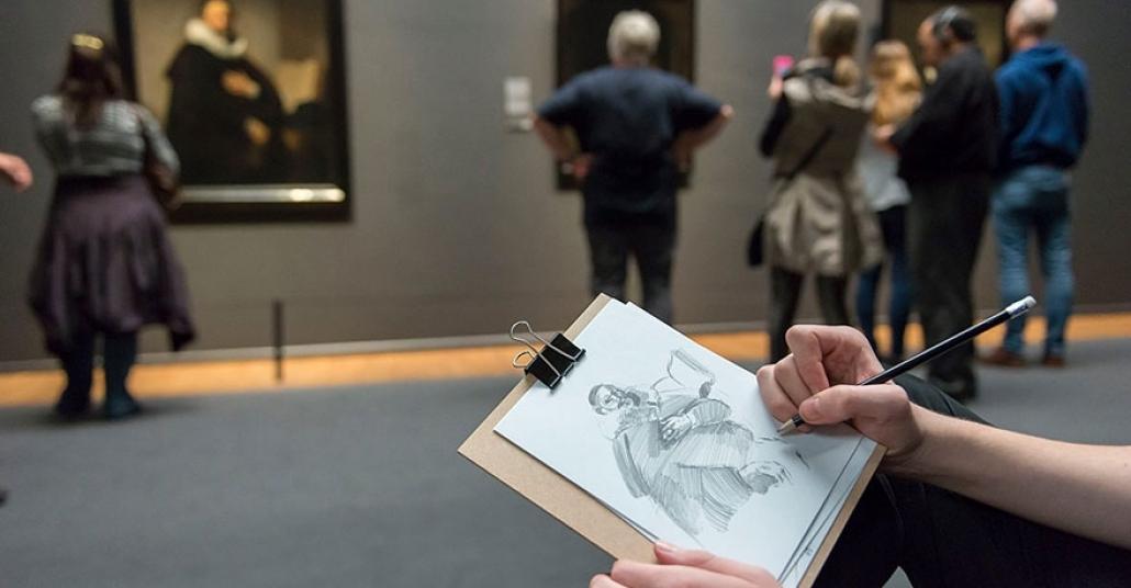 Rijksmuseum Ziyaretçileri, Eserlerin Fotoğrafını Çekmek Yerine Onları Çiziyor