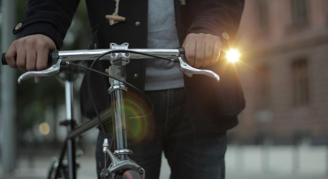 Bisikletin Kenarından Parlayan Fener