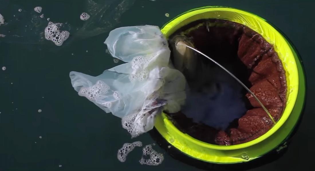 Denizde Yüzerek Temizlik Yapan Çöp Kutusu