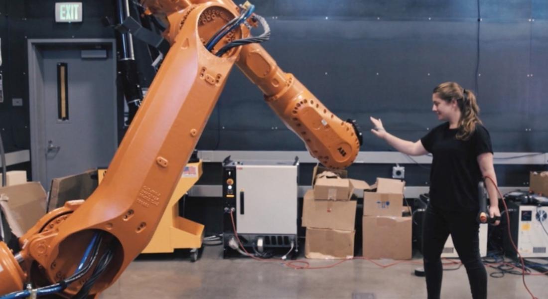 Endüstriyel Robotlarla Konuşabilen Kadın