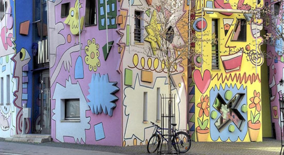 Şehrin Ortasında Çizgi Filmden Fırlamış Binalar