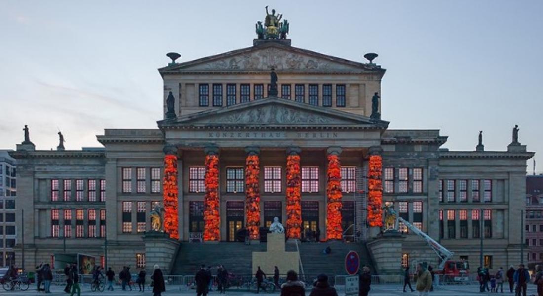 Berlin Konzerthaus'un Dev Kolonları Mültecilere Ait Can Yelekleriyle Kaplandı