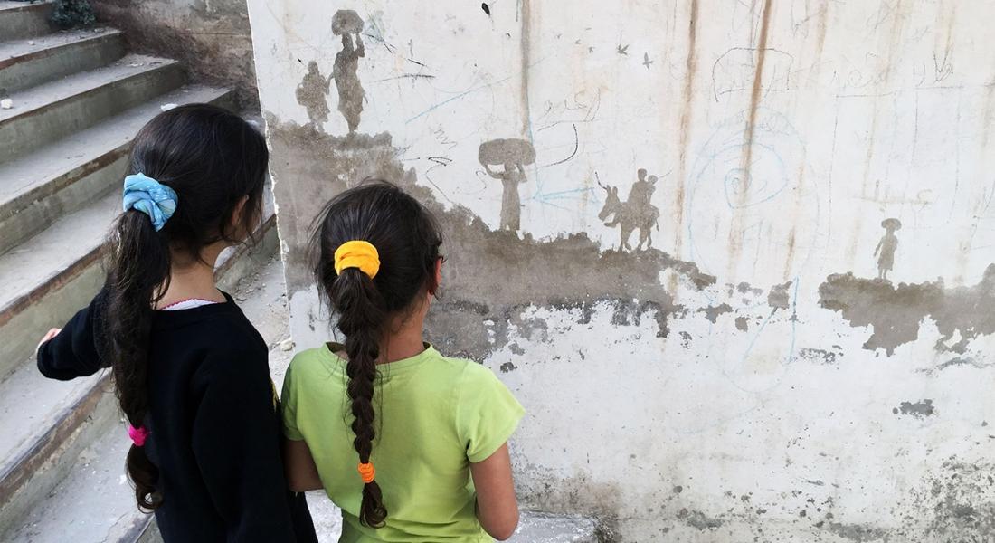 Mülteci Kampı Duvarlarına Yansıyan İnsan Manzaraları