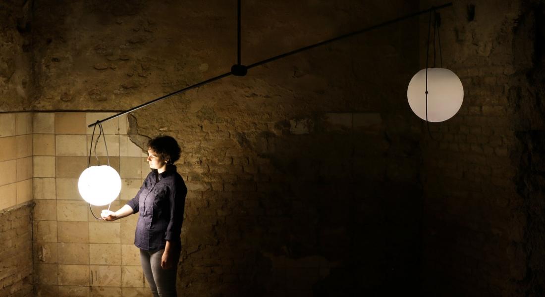 Dengedeyken Eşit Işık Yayan Terazi Lamba: Equilumen