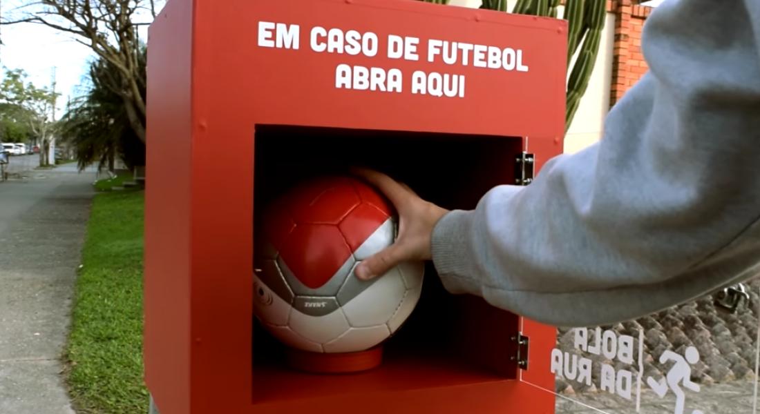 Sokak Aralarındaki Kutulara Yerleştirilen Futbol Topları