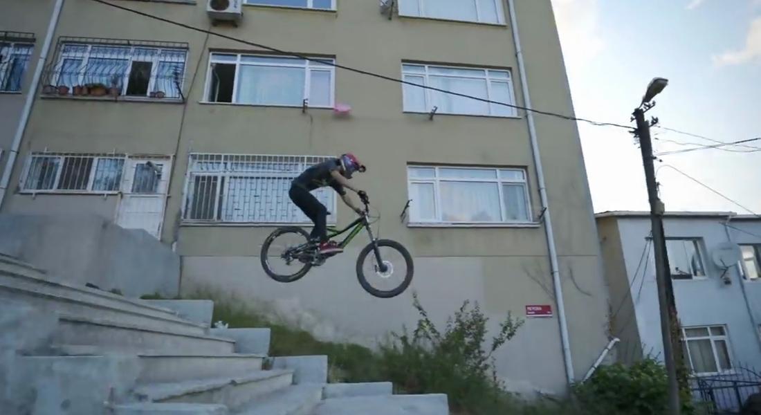 İstanbul Sokaklarında Yokuş Aşağı Bisiklet