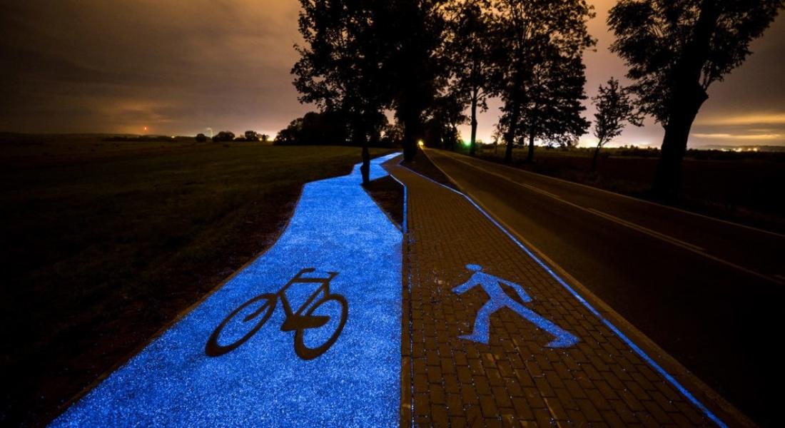 Karanlıkta Parlak Mavi Renge Bürünen Bisiklet Yolu