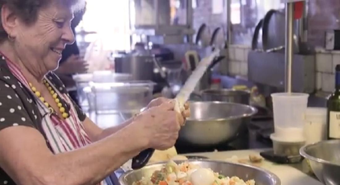 Farklı Kültürlerden Büyükannelerin Birlikte Yemek Pişirdiği Restoran