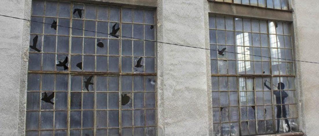 Terk Edilmiş Binanın Camları Sanat Eserine Dönüştü