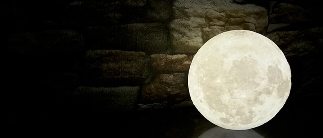 Havada Süzülen Ay Lamba