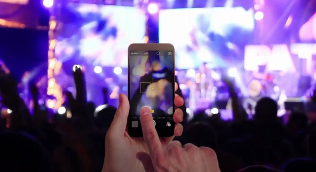 Konserlerde Telefona Kitlenerek Yeter Çektiğin
