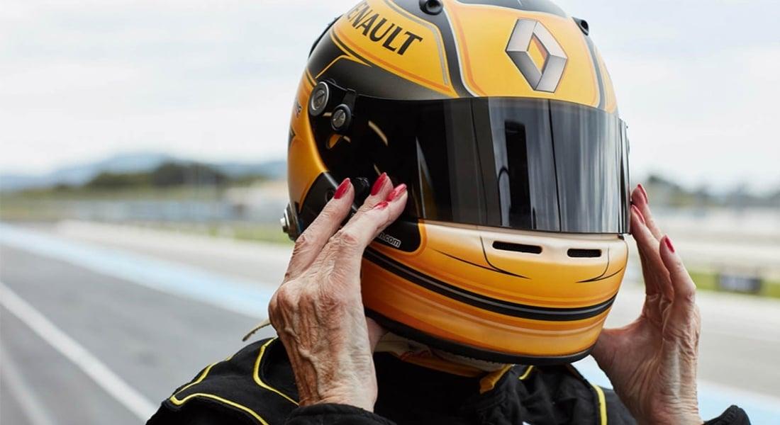 Renault'nun F1 Aracı İçinde 79 Yaşında Bir Pilot