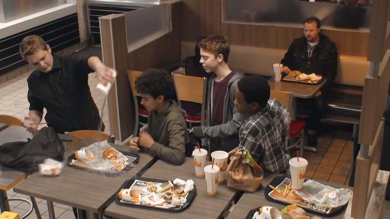 Zorbalığa Uğrayan Bir Çocuğa Mı Yoksa Bir Hamburgere Mi Tepki Gösterirdiniz?